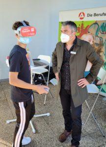 Ein Schüler der Realschule plus Cochem erkundet einen Beruf mittels Virtual-Reality-Brille